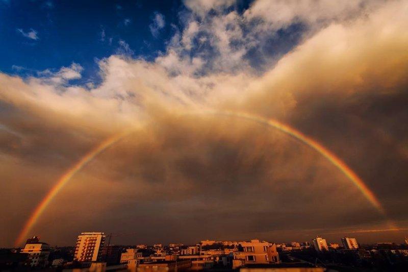 Imagini Un Curcubeu Perfect S A Format în Iaşi La Mijloc De