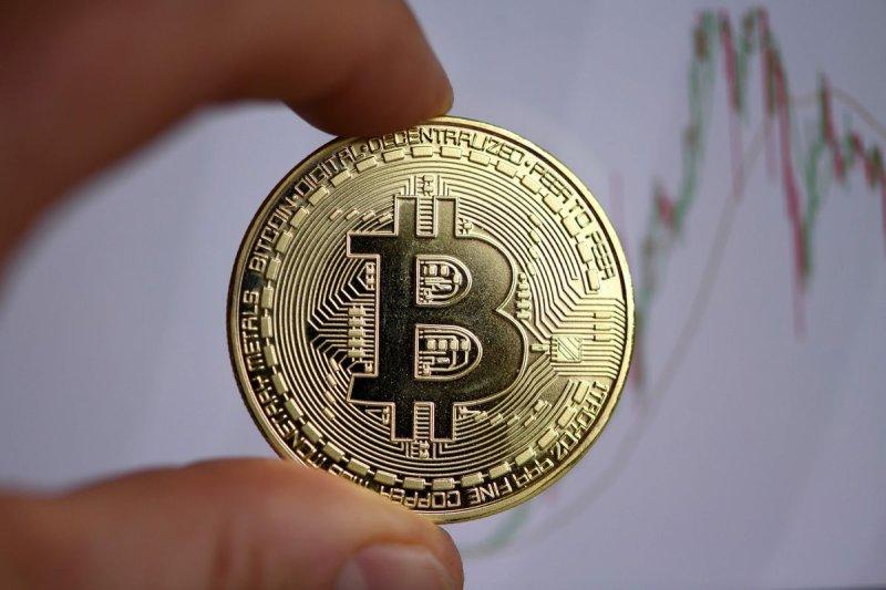 GRAFIC Bitcoin trece de 17.000 dolari pentru prima dată din decembrie 2017