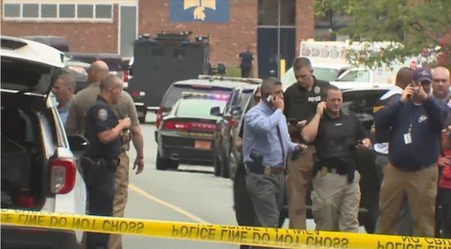 Un elev a fost împuşcat mortal în liceul unde învăţa