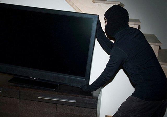 A intrat pe fereastră şi a furat un televizor, iar acum vede jurnalul după gratii