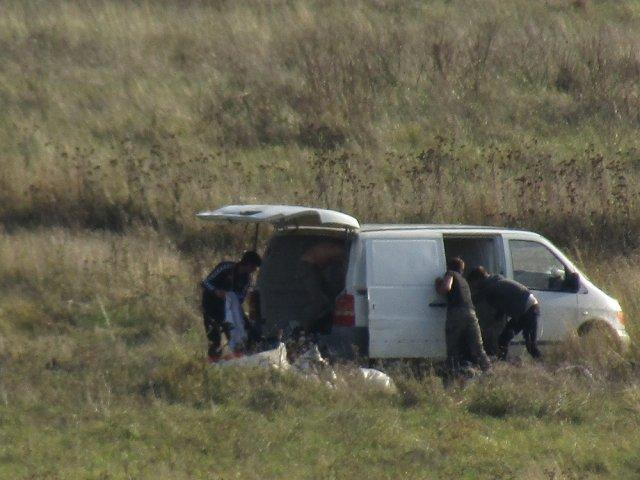 FOTO: Ieșeni surprinși aruncând gunoaie dintr-o dubă pe Șes Bahlui în capăt Dacia