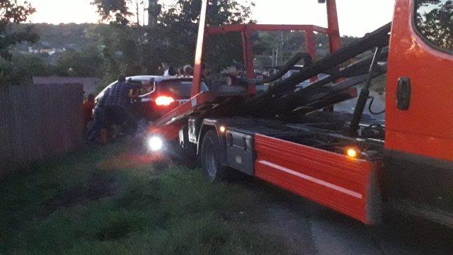 VIDEO - FOTO: Şoferul unui autoturism Opel s-a înfip cu maşina într-un pom dintr-o curte din Erbiceni