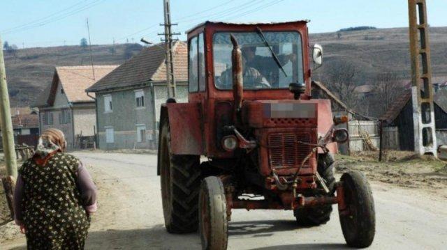 Un tractorist din Focuri şi-a făcut de cap duminică: trei infracţiuni dintr-un foc