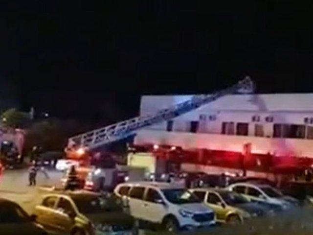 Incendiu puternic la un hotel din Eforie. Turiștii au fost evacuați cu macaraua de pe acoperiș