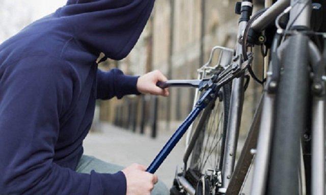 Furau bicicletele legate de balustrada blocului