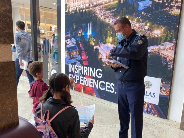 FOTO: O nouă întâlnire într-un centru comercial a poliţiştilor ieşeni cu părinţii şi bunicii