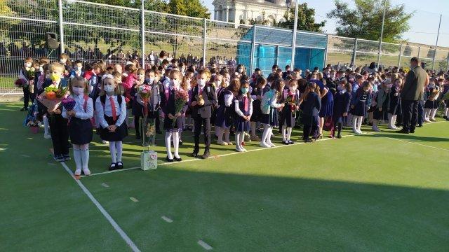 IMAGINI: Deschiderea oficială a anului școlar la Iași. Părinții, opriți la poartă