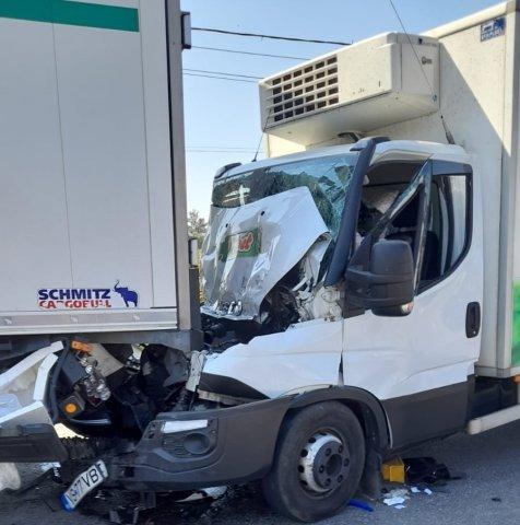 FOTO: Șofer cu picioarele prinse sub bord. Mașina lui, izbită de un TIR pe E85 (UPDATE)