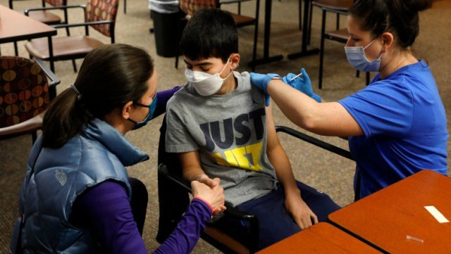AUR cere Guvernului să renunţe la şcoala online şi să nu pună presiune pe elevi şi profesori să se vaccineze