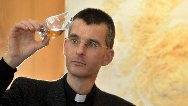 Un preot catolic din Germania își atrage enoriașii cu o degustare de whisky
