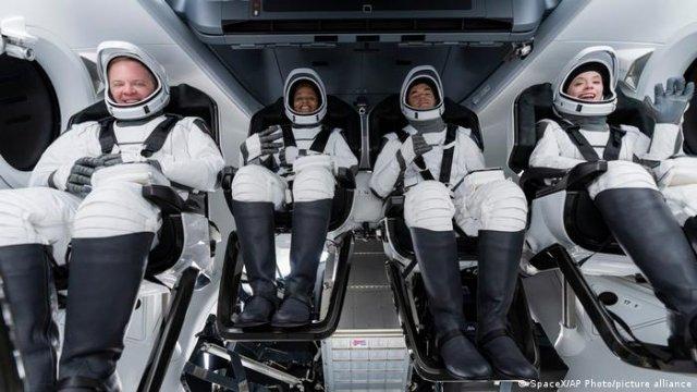 VIDEO: Patru astronauţi amatori au ajuns pe orbita terestră într-o capsulă Dragon ataşată unei rachete SpaceX