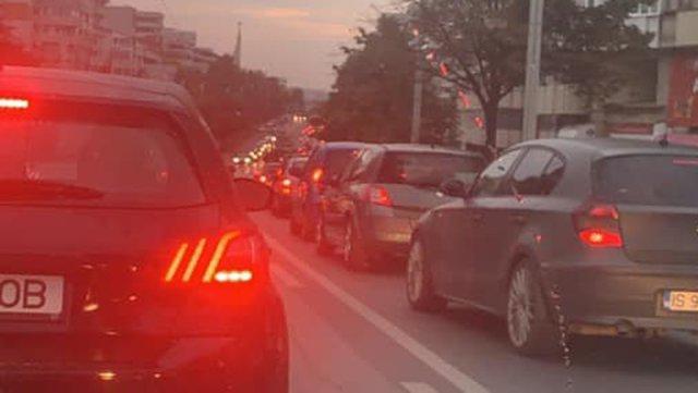 VIDEO Trafic de coşmar la Iaşi. Scrisoarea deschisă a unei şoferiţe către Mihai Chirica. Îi bate obrazul pentru dezastrul auto