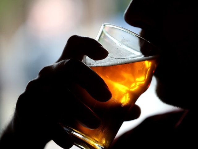 OMS recomandă o creştere a taxelor fiscale la alcool în Europa, în lupta împotriva cancerului