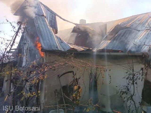 O femeie de 101 ani a rămas pe drumuri după ce locuinţa i-a fost mistuită de flăcări