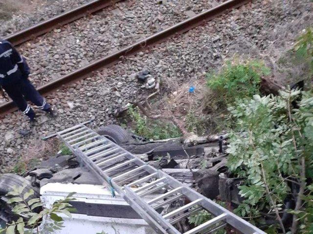 O maşină cu patru persoane a căzut de pe şosea pe calea ferată