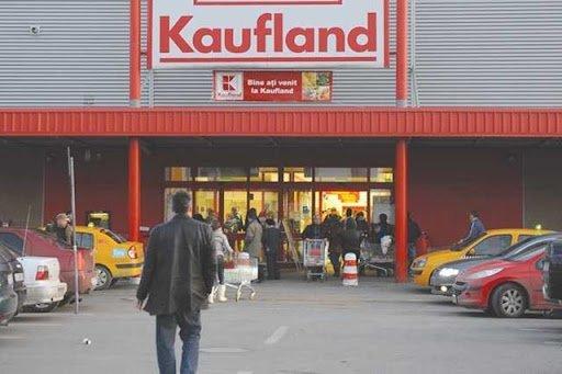 Cuplu de coşmar, la shopping în Kaufland: roţi de caşcaval sub fustă, salam în sân
