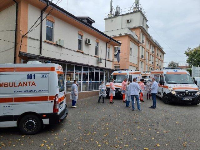 """200 internaţi la """"Infecţioase"""", niciunul vaccinat. Iar coadă de ambulanţe"""