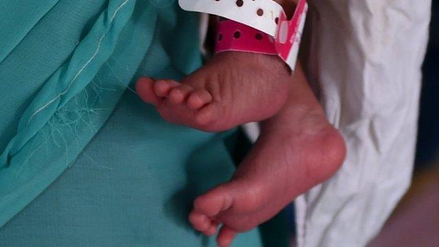 Copil de 4 luni, mort lângă părinți, în somn
