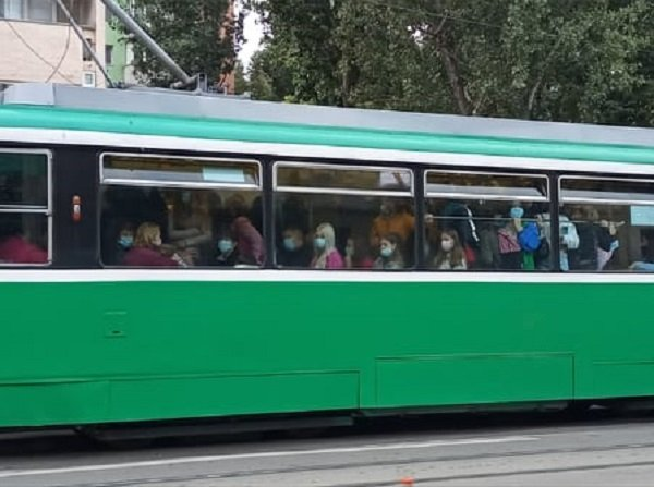 Coșmarul din CUG s-a mutat din stații în tramvaie. Acestea merg ca melcul pe șine