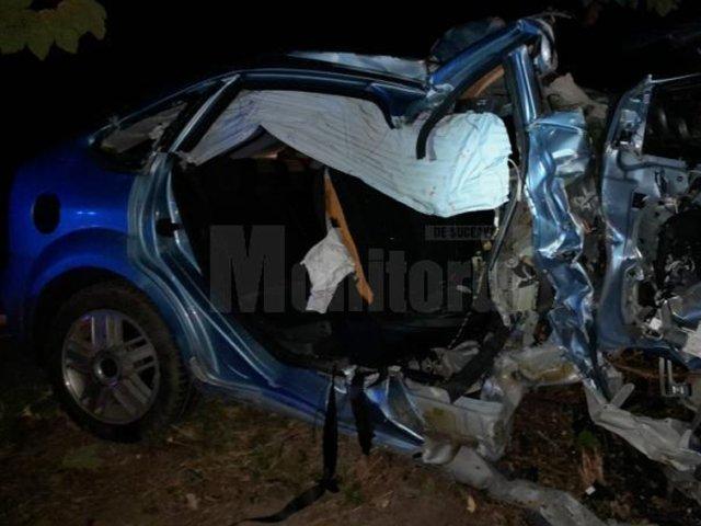 Un adolescent de 17 ani a murit după ce mașina condusă de un șofer de 18 ani a intrat într-un copac