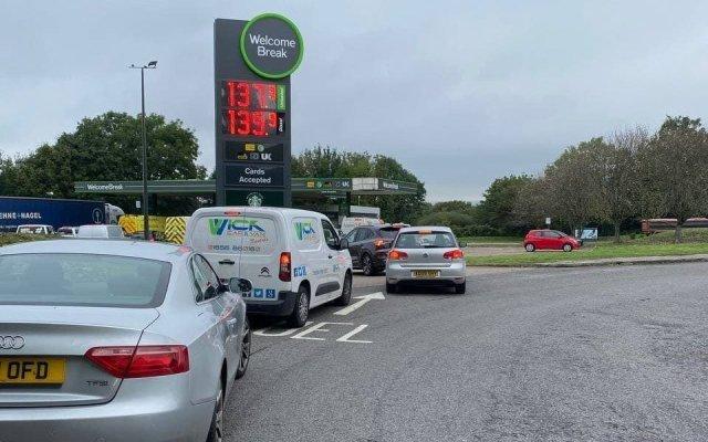 VIDEO Semne rele! Cozi uriașe la benzinăriile din Anglia, cumpărături de maxim 30 de lire
