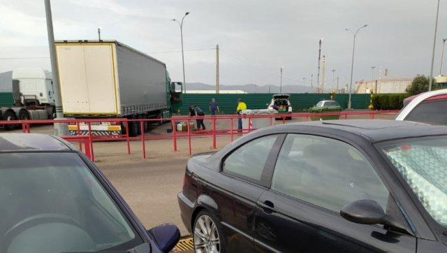 """Şoferi români de TIR, prinşi la furat de motorină. Colegii lor: """"Ne furăm unii pe alţii. Suntem atât de proşti!"""""""