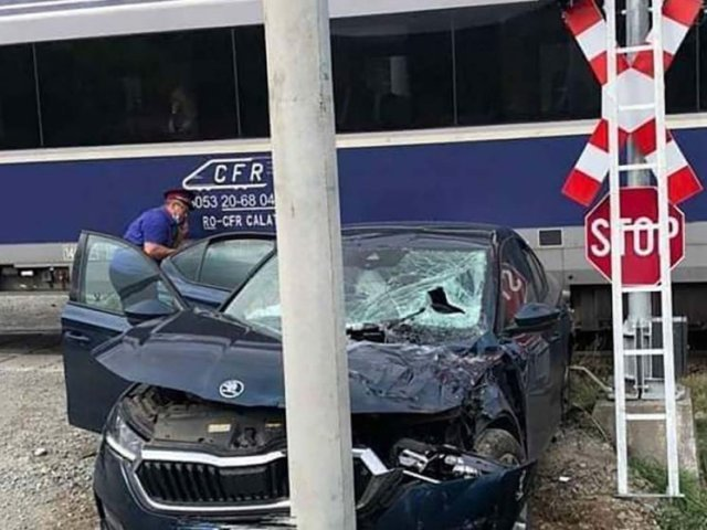 Au scăpat cu viață după ce i-a lovit trenul, dar au făcut atac de panică când au sosit medicii