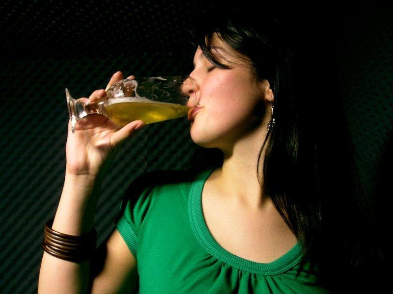 BEREA care ne SLĂBEȘTE. Argumente în favoarea curei de slăbire cu bere, numai bună pe timp de vară