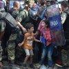Imigranţii încearcă să rupă gardul la frontiera dintre Grecia şi Macedonia
